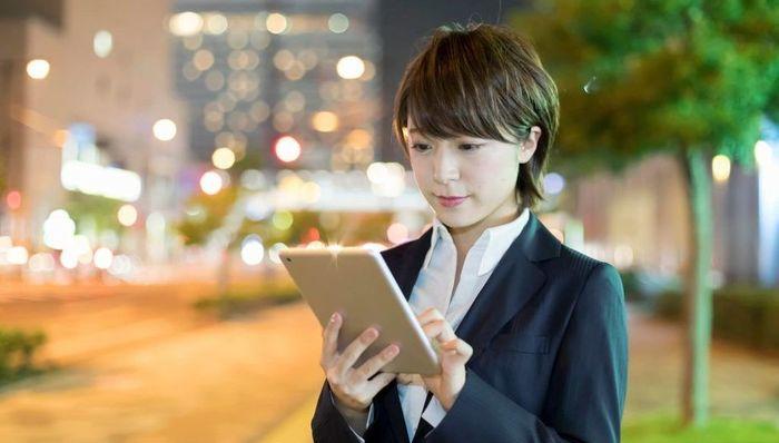 タブレットで顧客データを見る女性