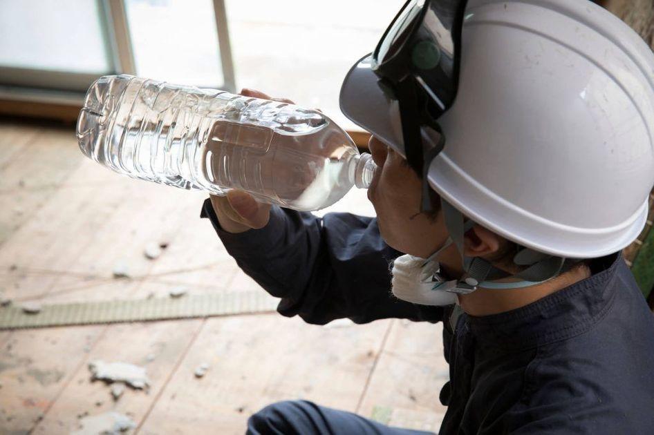 水分を取る建設作業員